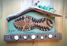 """""""Nászajándék egy kedves futóbarátomnak, akit nagyon szeretek és tisztelek ♥️🌷  A cipőtalp mozaikdarabkáinak készítettem kézi felsőmaróval egy kis fészket úgy, hogy kb. 2 mm-t kiemelkedjen a síkból. Uszadék, egyéb mentett maradékok szolgáltak a többi részhez.""""  Készítette: Nyúl Szekeres, Kreatív hobbik csoport Diy, Bricolage, Do It Yourself, Homemade, Diys, Crafting"""
