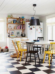 Mesas de jantar com cadeiras não pareadas