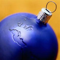 De que crees que esta compuesta la navidad, todo en ella es arte: El árbol se decora con objetos artísticos; bolas de navidad, muñecos; los villancicos son canciones compuestas por alguien; arte musical; y las comidas son arte culinario.