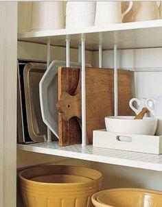 Les tringles à ressorts permettent une organisation efficace à la maison, que ce soit pour les casseroles, pour les produits à ranger sous l'évier, pour les planches à cuisson, le rangement des chaussures, l'atelier de bricolage,...