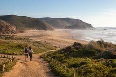 Portogallo, le migliori spiagge dove fare surf (e non solo) anche adesso | GQ Italia 13-11-2020 | Lunghissime, di sabbia finissima: questi luoghi sono il rifugio ideale per surfisti provenienti da tutto il mondo in cerca dell'onda perfetta. Sì, anche in questo periodo Algarve, Portugal, Awards, Earth, Articles, Outdoor, News, Wave, Sustainable Tourism