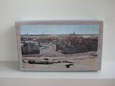 Oud houten vergrijsd doosje zelf voorzien van decoupage print met de Panorama van Van Mesdag. Afm  27 x 16 x 17,5 cm. (is voor de liefhebber te koop)
