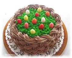 """Pääsiäisen vietimme mökkeillen, mutta ei pääsiäistä ilman kakkua. Olosuhteiden vuoksi en halunnut kakusta kuitenkaan mitään monipäiväistä projektia. Koristeet löytyivät Lidl:n pääsiäiskarkkivalikoimasta; Haribon värikkäitä pääsiäismunia. Muuta koristelua varten tarvittiin vain vähän pursotustarvikkeita. Helppouteen pyrin tuolla """"kreemilläkin"""", jolla ruoho on pursotettu. Halusin täytteen lisäksi kakun päällekin sitruunan makua. Kyseessä on siis tomusokerilla ja vaniljakreemijauheella ..."""