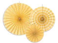 Rosettvifter - Gulnyanser - 3 stk. -    Dekorative rosetter til å henge opp Skaper variasjon med forskjellige størrelser og påtrykket forskjeilige mønster Målene er 40cm, 32cm og 23cm 1 pakke inneholder de 3 størrelsen over Perfekte til alle anledninger Mange forskjellige farger og enkle og henge opp! Passer f.eks. over gavebord, dessertbord, candybuffet, i hjørner eller langs ensformige vegger Miks gjerne forskjellige farger for ekstra fin effekt! Paper Fans Wedding, Paper Fan Decorations, Shades Of Beige, Color Beige, 50 Shades, Cream Wedding, Ivoire, Girls Be Like, Hand Fan