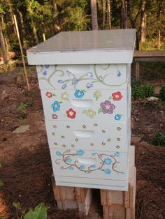 Official Website of Mid-State Beekeepers Association, Educate beekeepers. Honey bee colony management for beginner & advanced Feeding, pest control, honey production. Increase public knowledge on honey bee crisis. Honey Production, Beehive Design, House Insects, Beekeeping For Beginners, Raising Bees, Honey Bee Hives, Public Knowledge, Bee Boxes, Bee Farm