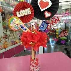 Creaciones D'encantos C.A. (@dencantos) | Instagram photos and videos Valentine Gift Baskets, Valentine Crafts, Valentines Day, Candy Bouquet, Ideas Para Fiestas, Diy And Crafts, Lettering, Gifts, Birthday Basket
