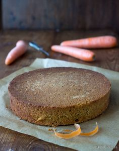Porkkanakakkuohjeen yhteydessä aprikoitiin, voisiko porkkanakakku sopia myös täytekakun pohjaksi. Tätähän piti heti seuraavan täytekakun kanssa testata ja kyllä – varsin hyvin se siihenkin sopii! Valmistin porkkanakakun hieman isompana, jotta siitä sai kolmeen osaan leikkautuvan pohjan. Raasteen tein raastimen karkeammalla puolella, koska hienon raasteen tekeminen tuntui tässä mittakaavassa liian työläältä. Näin porkkanaraaste näkyi selvästi pohjan leikkauspinnassa. […]