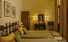 Su espléndida ubicación y sus acogedores interiores son los encantos más evidentes del Tejadillo. Situado en la intersección de calles estrechas y adoquinadas, el hotel disfruta de una ubicación íntima y relativamente tranquila en el corazón colonial del centro histórico, a la vuelta de la esquina de la Catedral de la Habana y de otros muchos sitios de interés.