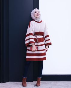 Oversized sweater with belt-Winter hijab outfits in prude and style looks Just Trendy Girls Modern Hijab Fashion, Street Hijab Fashion, Islamic Fashion, Muslim Fashion, Modest Fashion, Look Fashion, Fashion Outfits, Hijab Casual, Hijab Chic