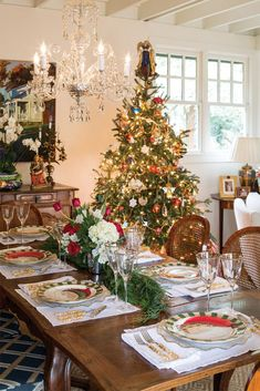 Adorable 38 Best Traditional Winter Table Setting Design Ideas To Have Asap Indoor Christmas Decorations, Christmas Table Settings, Christmas Tablescapes, Christmas Home, Vintage Christmas, Christmas Trees, Merry Christmas, Christmas Holidays, Christmas China