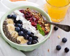 Smoothie bowl aux fruits rouges, banane, noix de coco, myrtilles, baies de Goji, noix et pavot pour chrononutrition