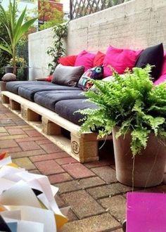 Un canapé imaginé avec des palettes en bois sur la terrasse