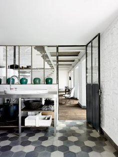 carreaux hexagonaux- sol - gris - blanc - verrière