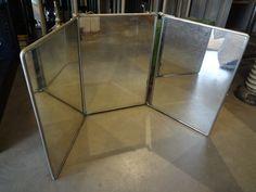 Flot gammelt stort fransk folde-rejsespejl. Sæt det på et bord eller hæng det på væggen i den lille kæde. Bagsiden med en del patina.Mål: H 56 X L 40 - 120cm