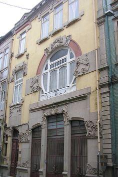 Штукатурный фасад с лепниной в модерна стиле