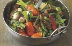 La recette : Lavez tous les légumes. Pelez les carottes et les navets, en laissant 3 cm de fanes, et coupez-les en quatre dans le sens de la longueur. Taillez la partie sèche de la base des asperges, puis tranchez-les en biseaux de 1 cm...