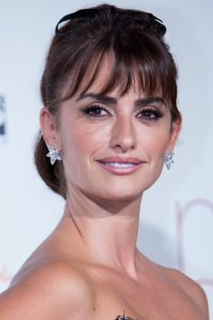 The star: Penélope Cruz The style: screen siren Why it gives us Penélope Cruz makes a follicular ode to the classic Reese Whiterspoon, Hottest Female Celebrities, Long Hair With Bangs, Kirsten Dunst, Rosie Huntington Whiteley, Gal Gadot, Heidi Klum, Hairstyles With Bangs, Beauty Secrets