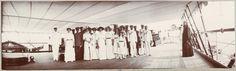 O imperador e suas filhas no convés do Estrela Polar, com os oficiais, damas-de-espera, e um padre (foto tirada pelo Imperatriz).