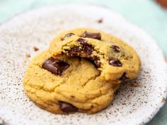 Olive Oil Chocolate Chip Cookies These vegan chocolate chip cookies get their color and richness from extra-virgin olive oil, which lends its unique flavor to the dough and underscores the bittersweet earthiness of chocolate chips. Vegan Chocolate Chip Cookie Recipe, Vegan Chocolate Chip Cookies, Vegetarian Chocolate, Chocolate Chips, Raw Chocolate, Cinnamon Oatmeal, Serious Eats, Cookie Recipes, Dessert Recipes