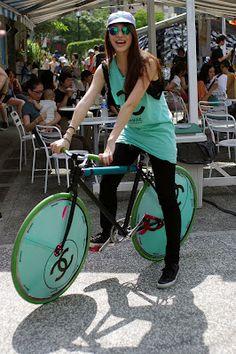 bikesandgirlsandmacsandstuff:   (via Chicks and Bikes)