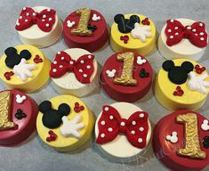 Mickey Mouse and Minnie Mouse - Chocolate covered Oreo Chocolate Covered Treats, Chocolate Dipped Oreos, Chocolate Covered Strawberries, Chocolate Art, Chocolate Cupcakes, Festa Mickey Baby, Mickey Mouse Baby Shower, Oreo Treats, Oreo Cookies