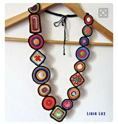 Pedacinhos de cor, colar de crochê Pieces of color, crochet necklace Textile Jewelry, Fabric Jewelry, Crochet Bracelet, Crochet Earrings, Crochet Jewellery, Crochet Crafts, Crochet Projects, Diy Crafts, Mode Crochet