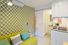 Apartamento em Porto, Portugal. This apartment is a small, cosy and practical space. Totally renewed and fully equipped. It has everything you need to have the perfect Porto experience.  The living room is equipped with a sofa bed, dinner table, digital television, free fast Wi-...