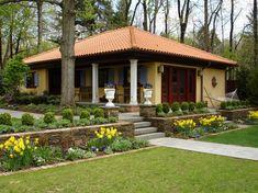 Красивый дизайн двора с вазонами для цветов