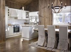 Ny lun hytte med interiørbeis – Happy Homes Norge Home Again, Cottage, Cabinet, Dining, Interior Design, The Originals, Architecture, Kitchen, House