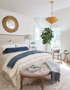 Inspiration home 2018 cozy bedroom, master bedroom, bedroom images, house in the woods Blue And Cream Bedroom, White Gold Bedroom, Blue Bedroom, Small Room Bedroom, Cozy Bedroom, Home Decor Bedroom, Bedroom Ideas, Bedroom Retreat, Master Bedrooms