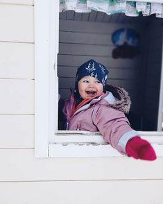 Leikkimökki is the best! Kahvilan pitäjä tönäisee ikkunan auki ja kysyy pulputtaen -mitä saisi olla?  Ihan valinnan vaikeus tässä iskee asiakkaalle. Puolitoista tuntia ulkoilua ei riittänyt - muutamat isot  kyyneleet vuodatti hän kun piti tulla sisään lounasta syömään. Sellasta se elämä joskus on.  #ulkoilu #february #leikkimökki #hillasblog #toddler #winter