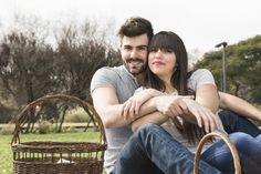Retrato de la joven pareja sonriente con cesta de picnic en el parque Foto gratis
