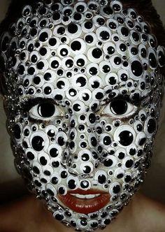 Visage recouvert de Googly eyes