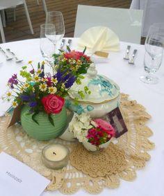 Hochzeitsdeko, Tischdekoration, Vintage-Tischdeko, alte fotos, Porzellan, Häkelspitze, Hochzeit Tischdeko www.aber-mit-liebe.de