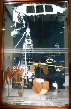 Marcel Duchamp, LeGrand Verre -Huile, feuille de plomb, fil de plomb, poussière et vernis entre deux plaques de verre, inachevée et fêlée, 277.5 cm × 175.9 cm, 1915-1923, Museum of Art, Philadelphie.