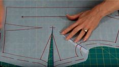 How to increase a tuck solution Sewing Hacks, Sewing Projects, Sewing Tips, Fashion Sewing, Pattern Books, Sewing Techniques, Pattern Making, Dressmaking, Sewing Patterns