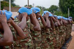Les troupes se coiffent du béret bleu des Nations Unies
