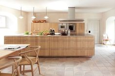 Love this solid oak bulthaup kitchen. It looks warm and 'country', but still ha all the modern function of bulthaup behind the drawer and door fronts! Best of both worlds. Wooden Kitchen, Kitchen And Bath, New Kitchen, Kitchen Dining, Kitchen Island, Family Kitchen, Kitchen Modular, German Kitchen, Kitchen Modern