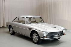 Włoska stylistyka i amerykańskie serce. Jej smukłe kształty to dzieło Giorgio Giugiaro ze studia Bertone, a silnik V8 był identyczny jak w ówczesnej Corvecie. Trudno o bardziej działające na wyobraźnię połączenie. Iso Rivolta IR 300 było pierwszym luksusowym GT tej wyjątkowej marki. Pozwalało na przewiezienie czterech osób w tempie i stylu, który dorównywał Ferrari i…