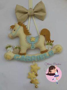 Cavallo a dondolo in feltro! Felt Name Banner, Name Banners, Felt Wreath, Felt Garland, Baby Crafts, Felt Crafts, Couture Bb, Felt Baby, Felt Decorations