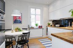 Bright apartment with splashes of color - by Coco Lapine Black Interior Design, Luxury Interior, Interior Design Inspiration, Design Loft, Design Studio, House Design, Kitchen Interior, Kitchen Design, Bright Apartment