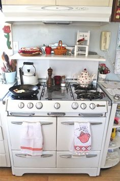 Just like hubby's Mother's O'Keefe and Merritt stove ~ charming! ~This is Susan Branch's!