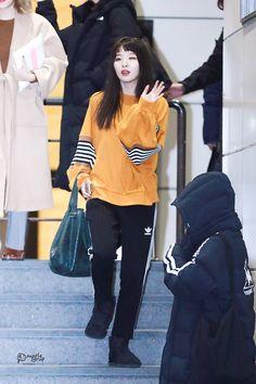 Kpop Fashion, Fashion Pants, Girl Fashion, Fashion Outfits, Airport Fashion, Airport Style, Asian Street Style, Korean Street Fashion, Asian Style