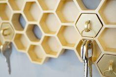Le designer Luz Cabrera en collaboration avec Malorie Pangilinan ont conçu « Honey I'm Home », un porte-clés mural en forme d'alvéoles avec des porte-clés assortis.  Une manière simple, graphique et efficace de ne pas laisser trainer ses clés ou tout simplement de les perdre. De plus, les porte-clés en forme d'alvéoles sont de différentes couleurs pour différencier chaque membre du ménage et éviter ainsi de partir avec le trousseau de quelqu'un d'autre.