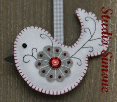 Christmas ornament  Felt bird decorated with beads and embroidery door StudioSimone, €8.50