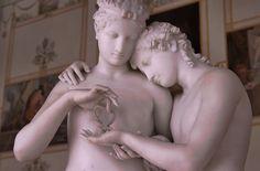 Sculpture de deux femmes et d'un grand papillon dans le musée de l'Hermitage à Saint Petersbourg en Russie.