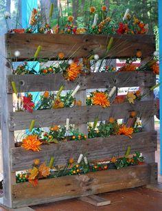 Avec une palette entière agrémentée de fleurs, vous pouvez aisément embellir le jardin, habiller un mur défraîchi ou faire une haie de séparation, cacher un vis à vis.. Pour transformer une palette en jardinières multiples, rien de plus simple, il suffit de garnir de terre les intervalles... Garden Fencing, Lawn And Garden, Fence, Diy Jardin, Permaculture, Painting On Wood, Outdoor Living, Aquarium, Projects To Try