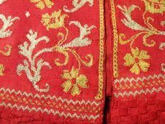 File:Informal woman's jacket detail, Italy, 1630-1650, knitted silk yarn - Patricia Harris Gallery of Textiles & Costume, Royal Ontario Museum - DSC09365.JPG