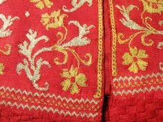 File:Informal woman's jacket detail, Italy, 1630-1650, knitted silk yarn - Patricia Harris Gallery of Textiles & Costume, Royal Ontario Museum - DSC09365.JPG