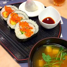 太巻き寿司の具はアナゴ、スモークサーモン、卵、きゅうり、青じそ。 海鮮ものの好き嫌いが多いけど、今まで食べた太巻き寿司の中で一番美味しかった スモークサーモンを使うと生臭さがなくて良いことが分かった - 84件のもぐもぐ - 太巻き寿司といちご大福 by yuminn7